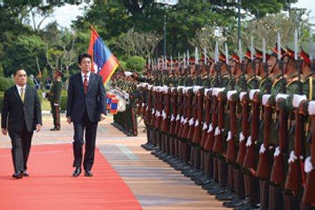 Abe Discusses Aid, Security In Laos